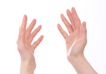 手に接触する物質の刺激やアレルギーによって生じる指や手のひらの皮膚炎